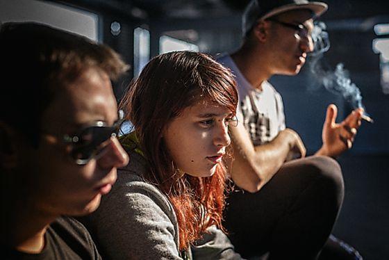 Noelia Sánchez, en el centro, junto a sus amigos Óscar Frías , a la izquierda, y Jerónimo Sánchez.