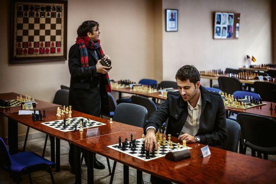 José Antonio Gómez al terminar (con victoria) su partida de ajedrez en la liga madrileña.