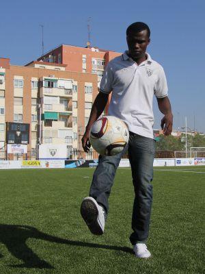El maliense Diakité Alassane, entrenando en el campo del C. D. Canillas (Madrid).