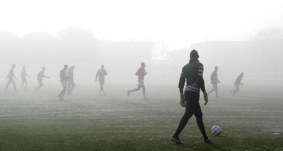 Un grupo de africanos entrena en el Centro Deportivo Vicente del Bosque (Madrid).