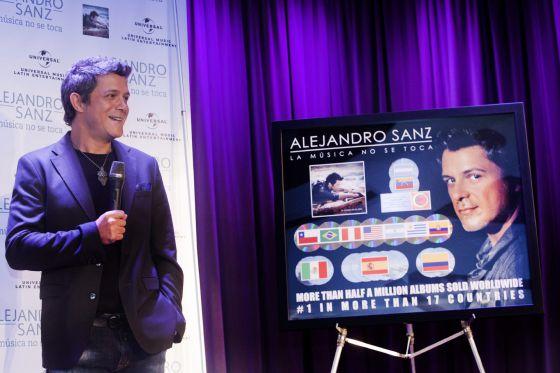 Alejandro Sanz recibe los discos de oro y multiplatino por su disco 'La música no se toca' en Los Ángeles.