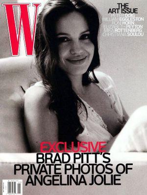 Portada de la revista 'W', en que Angelina Jolie aparece amamantando a uno de sus hijos.