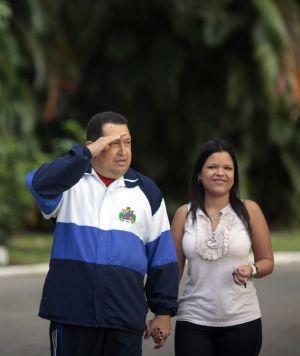 María Gabriela, con su padre, Hugo Chávez, el 8 de marzo de 2012 en La Habana.