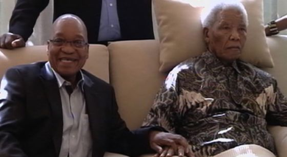 Imagen de Mandela con el presidente Zuma, difundida el pasado 1 de mayo.