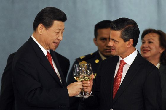 Mexican President Enrique Peña Nieto (r) and his Chinese counterpart Xi Jinping make a toast during an honor dinner at the National Palace in Mexico City, on June 4.