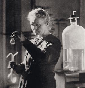 Margarita Salas y Rosa Montero admiran la tenacidad yperseverancia de esta científica polaca (arriba, en 1910), quien, tras la muerte de su marido, Pierre, escribió un desolador diario.