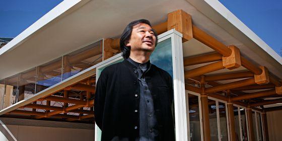 Shigeru Ban, retratado junto al pabellón que ha levantado en la sede madrileña del Instituto de Empresa.