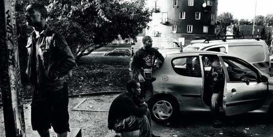Jóvenes en el barrio parisiense de Bobigny en 2007.