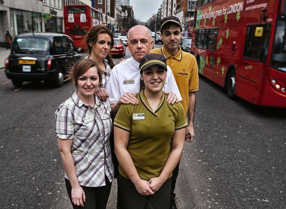 Un grupo de españoles empleados en una hamburguesería en Londres.