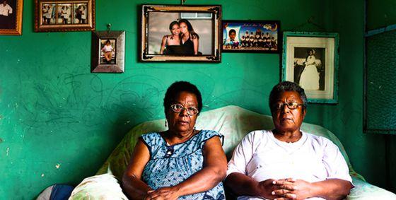 Dos mujeres afrodescendentes en Mata Clara. Sobre ellas, retratos familiares.