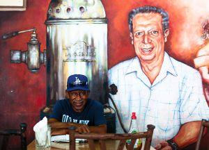 El escritor y periodista estadounidense Bob Hayes en el café de La Merced en Veracruz.