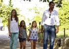 Los príncipes y sus hijas visitan la zona incendiada de Mallorca