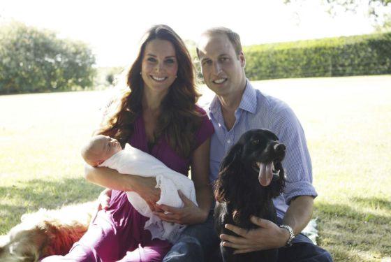 Los duques de Cambridge y el príncipe Jorge posan junto a 'Lupo', la mascota de la familia.