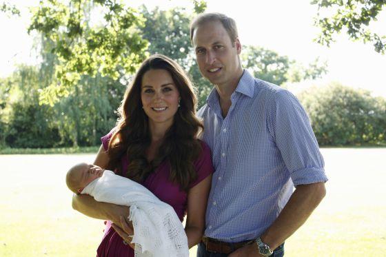 La otra foto oficial del príncipe Jorge, con sus padres en el jardín de la casa de sus abuelos maternos.