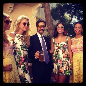 Julio Mario Santo Domingo III con las mejores amigas de la novia, durante el enlace en los jardines del palacio monegasco.