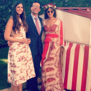 La prima de la novia, Bettina Santo Domingo, posa con una pareja de invitados de lo más 'hippie chic'.