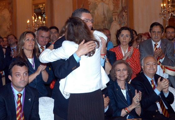 Mayor Gallardón (c) is comforted in front of the Spain bid team after Madrid lost out to London in 2005.