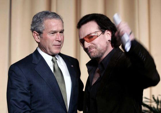 Bono con George Bush en febrero de 2006, en el National Prayer Breakfast en Washington.