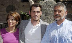 Iker Casillas, con sus padres María del Carmen y José Luis.