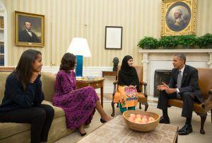 El presidente Barack Obama, Michelle Obama y su hija Malia reciben a Malala Yousafzai en el Despacho Oval, el 11 de octubre.