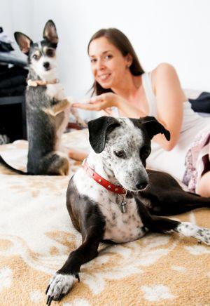 Marina, fotógrafa y cuidadora de perros para Gudog. Sherlock y Dexter vivieron con ella unos días.