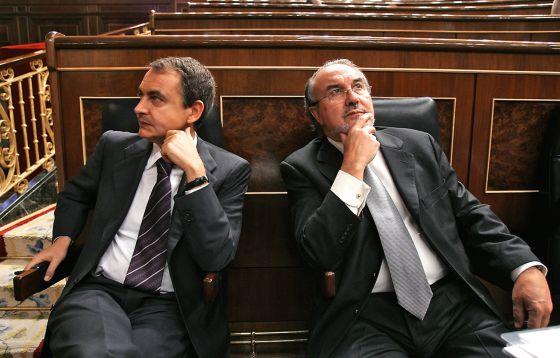 El expresidente José Luis Rodríguez Zapatero (izquierda), junto al ex vicepresidente económico Pedro Solbes en el Congreso de los Diputados.
