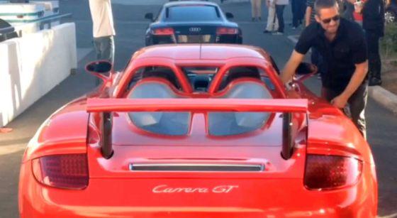 El actor junto al Porsche Carrera GT con el que se estrelló, media hora antes del accidente.