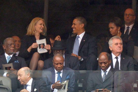 Helle Thorning Schmidt y Barack Obama conversan ante la mirada de la primera dama estadounidense.