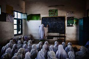 Clase a oscuras, debido a los frecuentes cortes de luz, en la Government Middle School for Girls, de la provincia de Khyber Pakhtunkhwa.