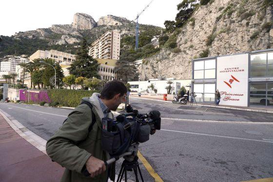 La prensa hace guardia a las afueras del hospital Princesa Gracia, en Mónaco.
