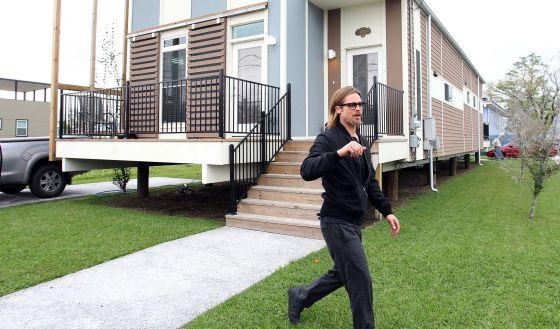 Brad Pitt, delante de una de las casas de su proyecto en Nueva Orleans.