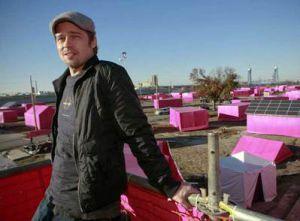 Brad Pitt, en 2005 cuando presentó su proyecto para Nueva Orleans en una lonas rosas.