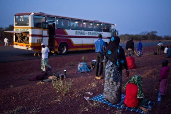 Parada de autobús de la línea Bamako-Mopti, donde los pasajeros aprovechan para rezar a la caída del sol.