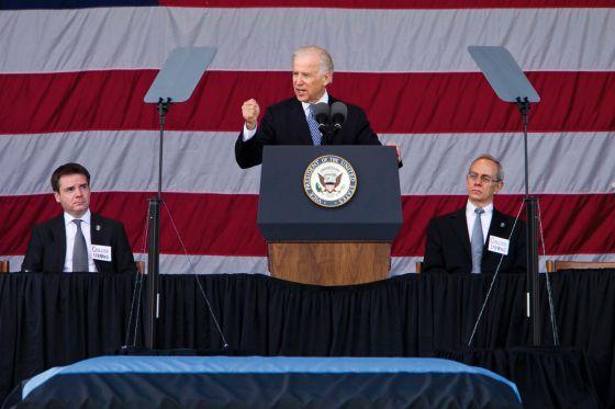 El vicepresidente de EEUU Joe Biden, durante el funeral por el policía asesinado en el MIT. Le acompañan Israel Ruiz y el presidente del MIT, Rafael Reif (derecha).