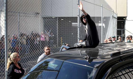 Justin Bieber sale en libertad saludando a sus fans