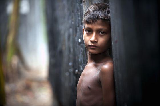 Un niño en Karial barriada de Dhaka (Bangladesh).