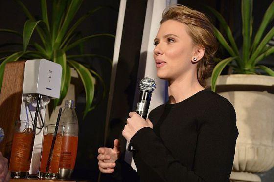 Scarlett Johansson, con la máquina para hacer burbujas Sodastream.