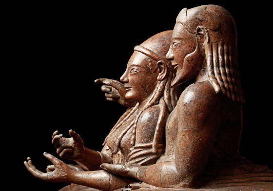 Detalles de figuras en un sarcófago etrusco de una pareja casada conocido como el de los esposos.