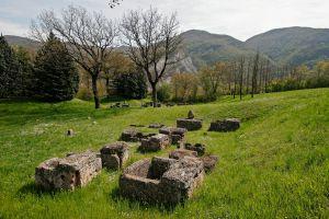 Tumbas de piedra en la ciudad etrusca de Marzabotto (Emilia-romagna, Italia).