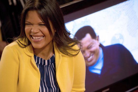 Maria Gabriela Chávez, sonriente ante una foto de su padre, en junio del año pasado.