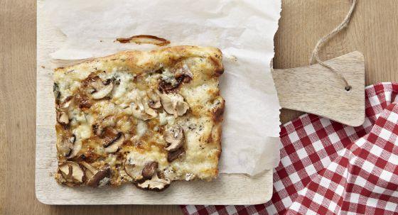 Porción de pizza de queso y champiñones.