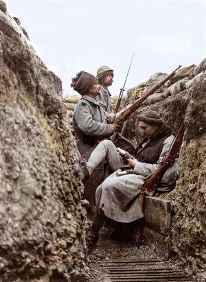 Trinchera de primera línea del frente en Pas-de-Calais (francia) en octubre de 1915. Soldados a la espera de abrir fuego.