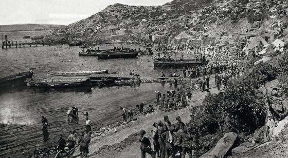 Tropas aliadas desembarcan en la península de Galípoli, en una imagen tomada entre 1914 y 1915.