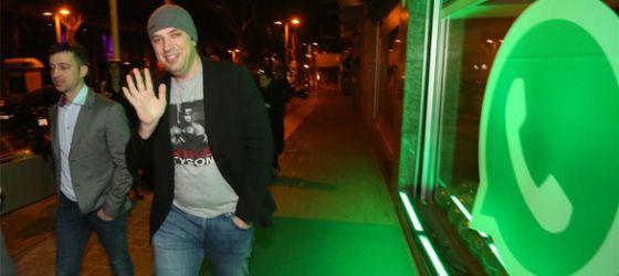Las redes sociales fueron testigo de la fiesta en la noche barcelonesa de Jan Koum, en la imagen a su llegada al locall barcelónes.