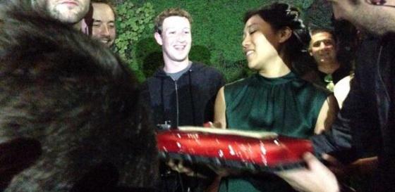 Mark Zuckerberg y su mujer, sujetando la tarta de cumpleaños, en la fiesta de WhatsApp.