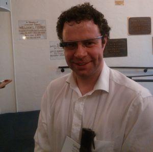 Cathal Gurrim con su Autographer en el bolsillo de la solapa y las Google glass puestas.