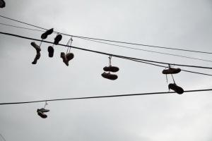 Zapatillas colgadas en cables en el Barrio Santo Domingo, Medellín.