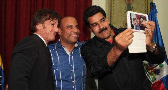 El presidente de Venezuela, Nicolás Maduro, se hace un 'selfie' con Sean Penn y el primer ministro de Haití Laurent Lamothe.