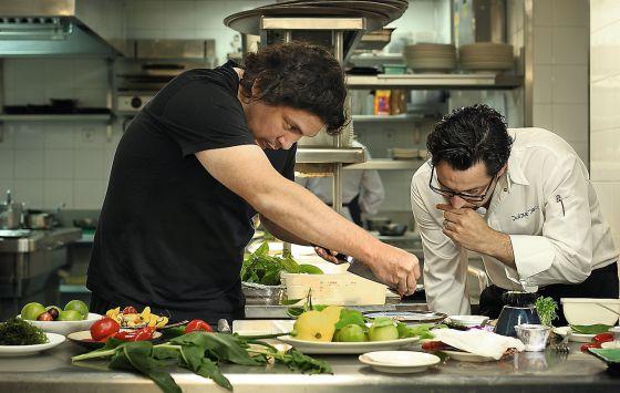 El chef peruano Gastón Acurio, preparando uno de sus famosos Ceviches junto a Quique Dacoste, en 2012.