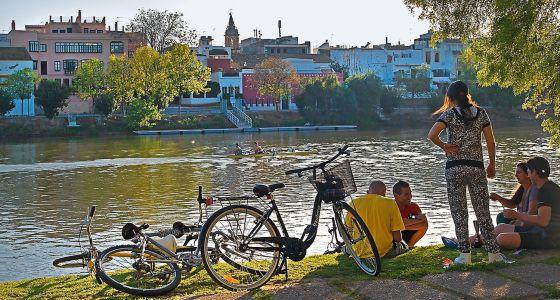 """En la ribera este del Guadalquivir a su paso por Sevilla hay una zona conocida como """"la playa"""", donde llegan numerosos ciclistas a descansar."""
